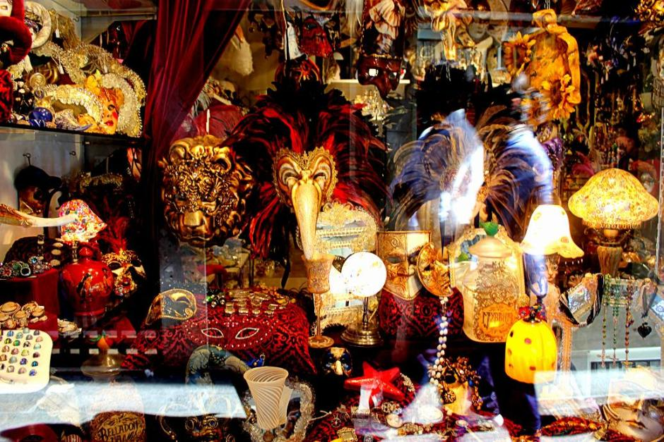 Venice mask and souvenirs shop